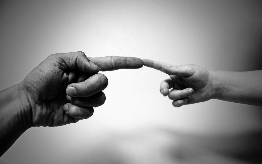 Hubo un tiempo en el que los humanos solo nos comunicábamos mediante lenguaje no verbal. ¿Por qué este tipo de comunicación puede ser más fiable que la verbal? ¿Cuándo podríamos esgrimir el lenguaje no verbal para mejorar nuestra seguridad y calidad de vida? ¿Qué se esconde detrás de este? El lenguaje corporal es un tipo de comunicación no-verbal donde se utilizangestos que transmiten informacióna otra persona. Todos los seres humanos tienen la capacidad de emitir gran cantidad de mensajes sin necesidad de utilizar la palabra. Es por ello por lo que la interacción originada a través dellenguaje corporal revela sensaciones y percepciones clave para conocer las intenciones del perfil interlocutor, ya sea empleado de forma consciente o inconsciente.